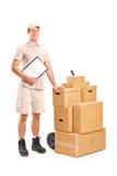 De persoon die van de levering een klembord en handvrachtwagen houdt Royalty-vrije Stock Afbeeldingen