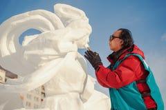 De persoon doet een beeldhouwwerk van sneeuw Stock Afbeeldingen