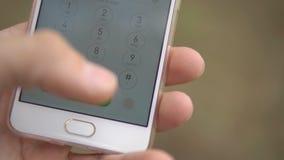 De persoon draait 911 op de touchscreen telefoon terwijl in het bos