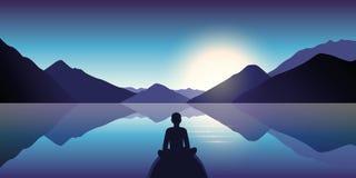 De persoon geniet van de stilte bij meer met bergmening in de schemer vector illustratie