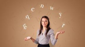 De persoon jongleert met met brieven stock fotografie
