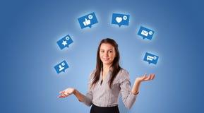 De persoon jongleert met met sociale media symbolen royalty-vrije stock afbeeldingen