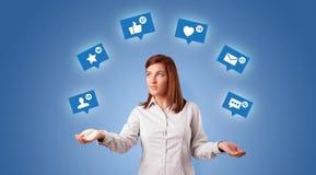 De persoon jongleert met met sociale media symbolen stock illustratie