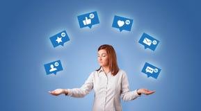 De persoon jongleert met met sociale media symbolen royalty-vrije stock fotografie