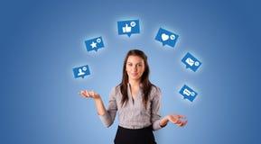 De persoon jongleert met met sociale media symbolen royalty-vrije stock afbeelding