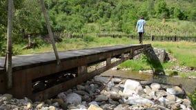 De persoon kruist een Voetgangersbrug stock video