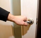 De persoon opent een interroomdeur Stock Afbeelding