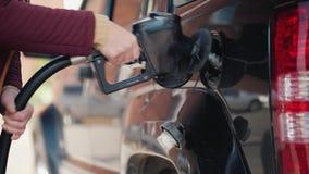 De persoon sluit de tank van de gashouder van de auto na het bijtanken stock videobeelden