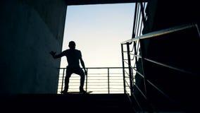 De persoon springt op zijn skateboard terwijl het berijden in een skatepark , langzame motie stock footage