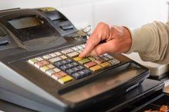 De persoon typte in oud contant geld - Close-up royalty-vrije stock foto's