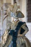 De persoon in Venetië Carnaval kleedde zich in een groen en blauw Venetiaans kostuum en een Venetiaans masker Venetië Italië stock afbeelding