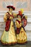 De persoon in Venetiaans kostuum woont Carnaval van Venetië bij. Stock Fotografie