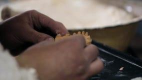 De persoon werkt met de lay-out van een tandprothese stock footage
