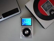 De persoonlijke MP3-speler om aan uw favoriet te luisteren stemt, kunstenaars en muziek Deze speler neemt weinig ruimte op, weini royalty-vrije stock afbeelding