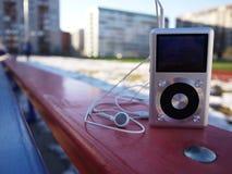 De persoonlijke MP3-speler om aan uw favoriet te luisteren stemt, kunstenaars en muziek Deze speler neemt weinig ruimte op, weini stock foto's