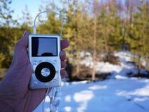 De persoonlijke MP3-speler om aan uw favoriet te luisteren stemt, kunstenaars en muziek Deze speler neemt weinig ruimte op, weini royalty-vrije stock afbeeldingen