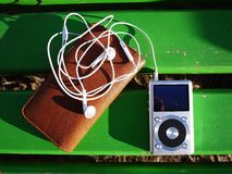 De persoonlijke MP3-speler om aan uw favoriet te luisteren stemt, kunstenaars en muziek Deze speler neemt weinig ruimte op, weini stock foto