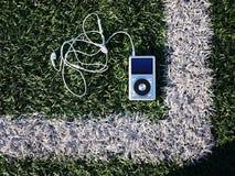De persoonlijke MP3-speler om aan uw favoriet te luisteren stemt, kunstenaars en muziek Deze speler neemt weinig ruimte op, weini royalty-vrije stock foto's