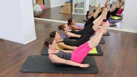 De persoonlijke trainer van aerobics pilates vrouwen met leerling op een rij bij gymnastiek stock video