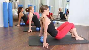 De persoonlijke trainer van aerobics pilates vrouwen met leerling op een rij bij gymnastiek stock videobeelden