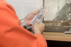De persoonshand keurt geldsteekpenning van corrupt bouwproject goed, Royalty-vrije Stock Afbeelding