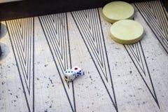 De perspectiefspruit van dobbelt op backgammon onder open licht met spelstenen royalty-vrije stock afbeelding