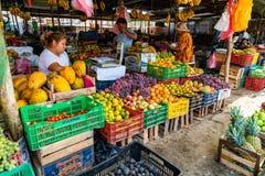De Peruviaanse mensen kopen en verkopen vruchten in de markt in Nazca Peru stock foto