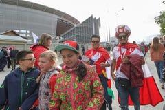 De Peruviaanse Ventilatorsmaatschappij die dichtbij stadionarena lopen stock afbeeldingen