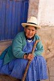 De Peruviaanse vrouw zit op een stap Pisac, Peru Royalty-vrije Stock Foto