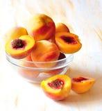 De perziken liggen in een schotel Stock Foto's