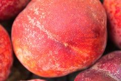 De perziken liggen op een houten achtergrond Stock Foto