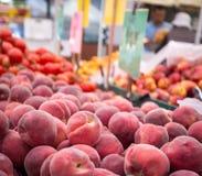 De Perziken van de Markt van de landbouwer Stock Afbeeldingen