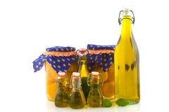 De perziken van Preservate en olijfolie met kruiden Stock Fotografie