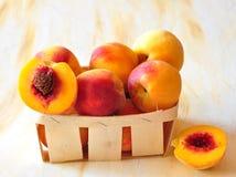 De perziken zijn in een kleine mand Royalty-vrije Stock Foto's