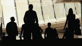 De pessoas de trabalho ocupadas das silhuetas da multidão da cidade executivos grandes filme