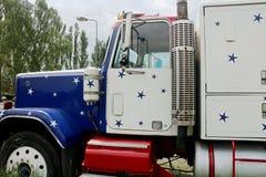 De Peterbuilt camión semi con las estrellas y la pintura de las rayas Foto de archivo libre de regalías