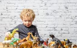 De petit jeux enfant avec des animaux de jouets photos stock