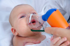 Inhalation du bébé Photos libres de droits