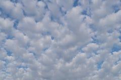 De petits nuages sont également distribués dans tout le ciel Image libre de droits