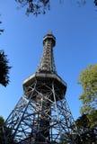 De Petrin-toren bouwde Praag in de Tsjechische Republiek bovenop in stock afbeeldingen
