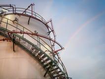 De petrochemische stof van de opslagtank en regenboogachtergrond Royalty-vrije Stock Afbeeldingen
