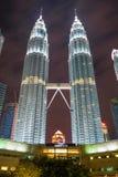 De Petronas tvillingbröderna på natten Arkivbild