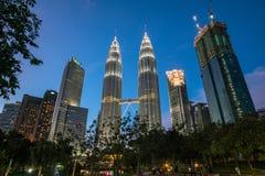 De Petronas tvillingbröderna på natten Royaltyfri Fotografi