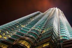De Petronas tvillingbröderna på natten Arkivfoton