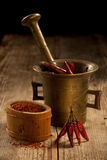 De peulen van cayennepeper in pounder en gemalen peper Royalty-vrije Stock Foto's