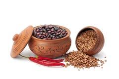 De peulvruchten van kleipotten en Spaanse peperpeper Stock Foto