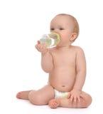 De peuter die van het de babymeisje van het zuigelingskind gelukkige holdingsbreastfeedi zitten Stock Afbeelding