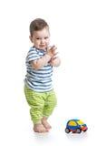 De peuter van de babyjongen het spelen met stuk speelgoed auto Stock Afbeelding