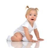De peuter van het de babymeisje van het zuigelingskind het kruipende gelukkige recht kijken royalty-vrije stock afbeeldingen