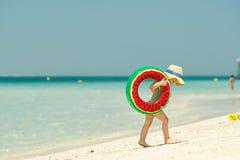De peuterjongen met zwemt ring op strand Stock Afbeelding